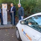 Bürgermeister Dr. Thomas Gans zwischen den HarzEnergie-Mitarbeitern Dr. Hjalmar Schmidt (Geschäftsführer) und Andreas Sonnemann