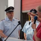 Der Bürgermeister übergibt den Schlüsses des Einsatzleitfahrzeuges (ELW) an Ortsbrandmeister Bernd Wiedemann    ----    Fotos: K.H.Bleß