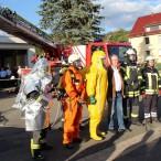 Stephan Weil inmitten der Kameraden, die ihre vielfältigen Schutzkleidungen vorführen.