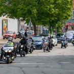 Motorräder mit Beiwagen und Quads fuhren an der Spitze des Konvois.