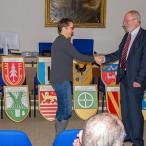 Übergabe per Handschlag: die stellvertretende Direktorin des Amtsgerichts übernimmt die 14 Wappentafeln von Amtsgerichtsdirektor a.D. Rolf Lutze, der heute Vorsitzender des Fördervereins Schloss Herzberg ist.