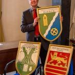 Bürgermeister Gans mit den drei neuen Tafels für das Schloss. In der Hand hält er das von Barbis, das er den Vereinen vor einiger Zeit geschenkt hat.