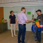 Ein Schokoladen-Maikäfer für die Kinder von Leiterin Frauke Scholz und eine Rose vom Bürgermeister für die Eltern