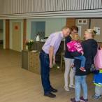 Bürgermeister Thomas Gans hatte für jedes Kind und jeden Erwachsenen ein persönliches Wort zur Begrüßung.