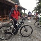Es muss nicht unbedingt ein Mountainbike sein. E-Bikes sind sehr leistungsstark, und es macht Spaß, damit durch den Wald zu fahren.