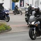 Links Thomas Gans auf seinem Motorrad lässt die Teilnehmer vorausfahren.