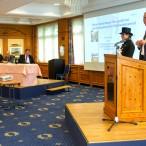 Alle Redner wurden von zwei jungen Schornsteinfegern umrahmt.
