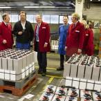 Im Werk II: Uwe Fuchs (dunkle Jacke) erläutert die Produktionsabläufe