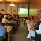 Die Vertreter des Harzklubs (vorne rechts: Karl-Heinz Trüter, hinten links: Peter Laumann und Klaus Wiedemann) bei ihrer Präsentation für den Bismarckturm