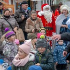 Der soziale Weihnachtsmarkt war auch ein großes Fest für Kinder und ihre Eltern.      ---- Fotos: K.H.Bleß