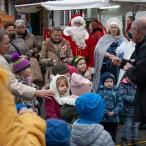 Heiner Hunke animiert die Kinder und singt mit ihnen Weihnachtslieder