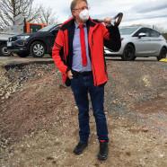 Bürgermeister Dr. Gans hat extra seinen eigenen Spaten mitgebracht. (Foto: Ingrid Günther/ Osterhagen)
