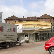 Baustelle Grundschule: Im Vordergrund die neue Mensa. Die Dämmung, die noch verputzt wird, ist noch zu sehen.  - -- - Fotos: K.H.Bleß