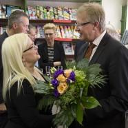 Dr. Thomas Gans (r:) gratuliert Susanne Kinne zu der Auszeichnung.    ---   ---   Fotos: K.H.Bleß