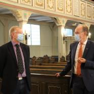 Dr. Gans zusammen mit Bischof Meister in der Andreaskirche.