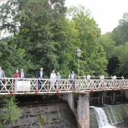 Das letzte Mal auf der Scholmwehrbrücke vor der Sanierung: Mitglieder des Förderkreises Königshütte, Volker Puhrsch (Eigentümer Königshütte UG) und Bürgermeister Dr.Thomas Gans